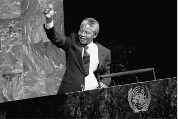 Ο Νέλσον Μαντέλα απευθύνεται στα μέλη της Ειδικής Επιτροπής του ΟΗΕ κατά του Απαρτχάιντ. © UN Photo/P. Sudhakaran