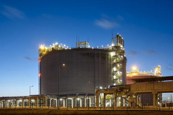liquefied-natural-gas-storage-tank-at-dusk-N7UZGJ8